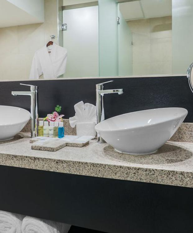 Baño Hotel Four Points by Sheraton Cuenca Cuenca