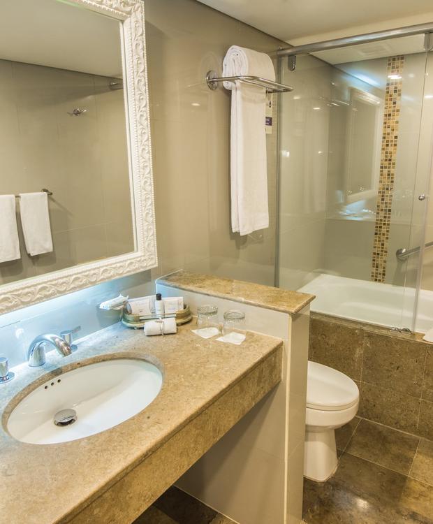Baño Junior Suite con Tina GHL Hotel Hamilton Hotel GHL Collection Hamilton Bogotá