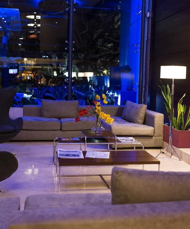 Moderno lobby con hermosa vista a La Cañada. Howard Johnson Hotel & Suites Córdoba